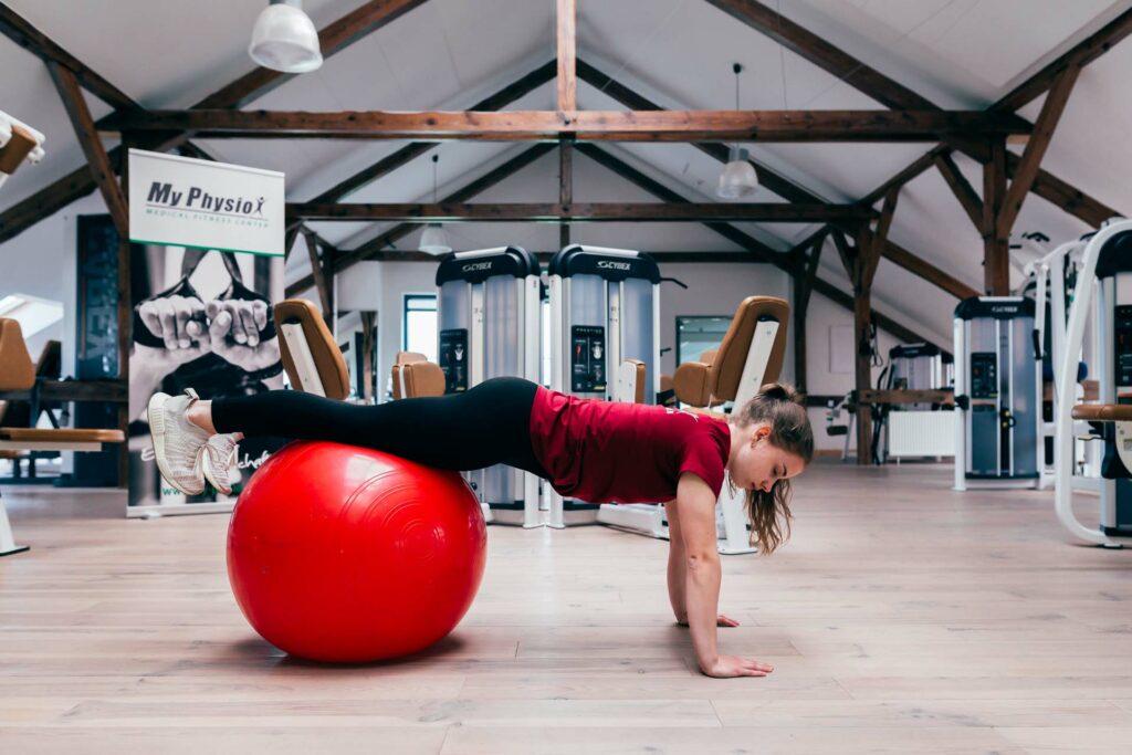 Startposition Beine anziehen auf Gymnastikball