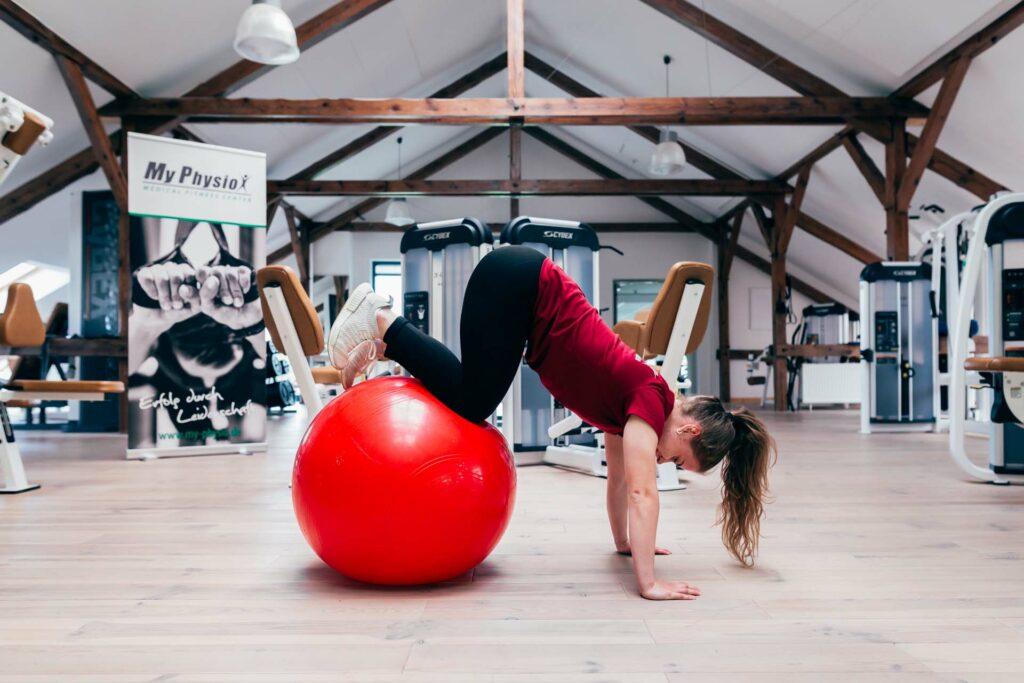 Endposition Beine anziehen auf Gymnastikball